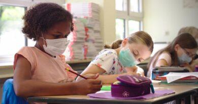El Gobernador DeSantis se opone al uso obligatorio de mascarillas en las escuelas